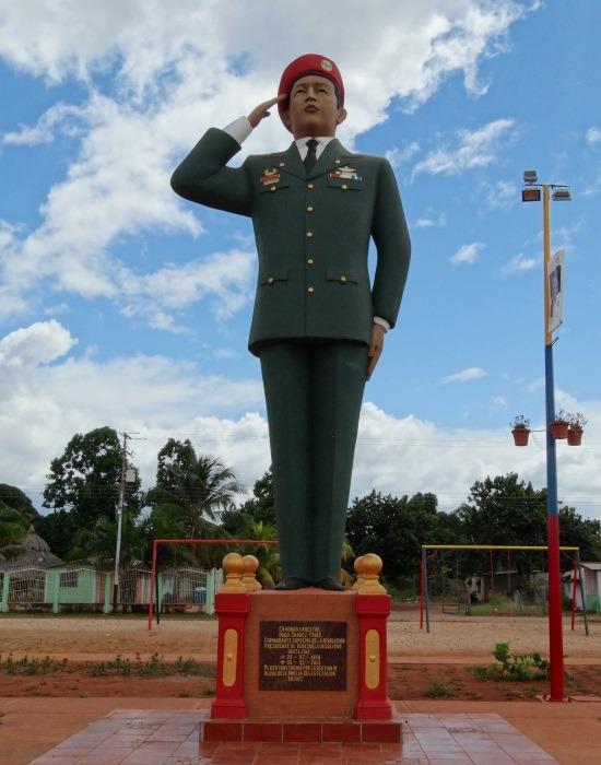 Chávez mindenhol ott van, csak közben a gazdaság haldoklik