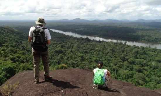 A csapat két tagja a Cerro Cangrejón, alattuk a Rio Caura