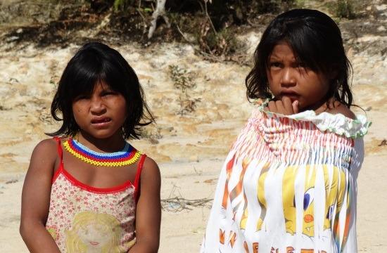Ye'kwana lányok hercegnős és Csőrikés pólóban