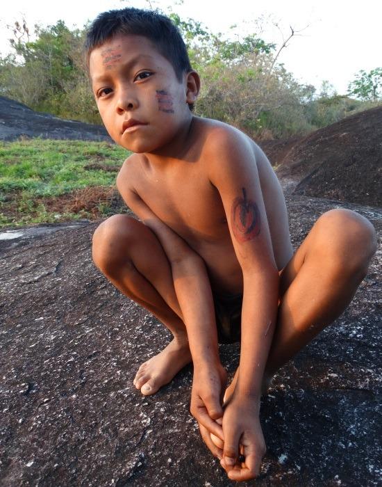 Ye'kwana fiú a Rio Caura partján