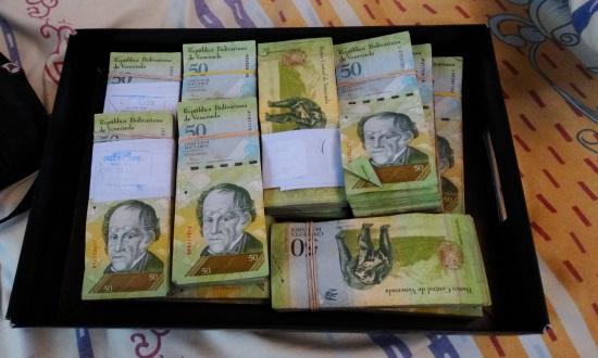 A minimálbér Venezuelában hivatalos árfolyamon 675 US$, a fekete piacon azonban csak 60 US$-t ér