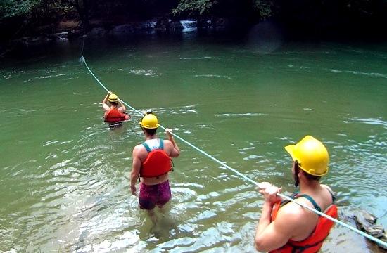 A Mirador csapat átkel a folyón