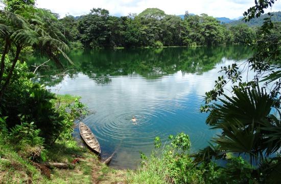 Pista pancsol az Achuay-lagúnában