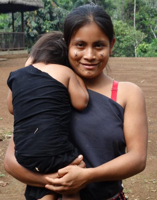 Shuar anya gyermekével