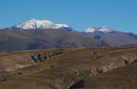 A kanyon fölé az Ampato- és a sűrűn füstölgő Sabancaya-vukán magasodik
