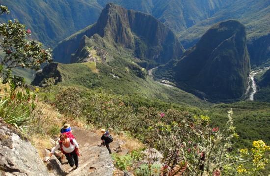 A romok fölé emelkedő Huayna Picchura naponta 300 száz embert engednek fel, pont annyit, mint a másik csúcsra, a Montañára. Amíg az elsőre hetekkel előre nem lehet jegyet kapni, addig a másodikról a többség nem is tud