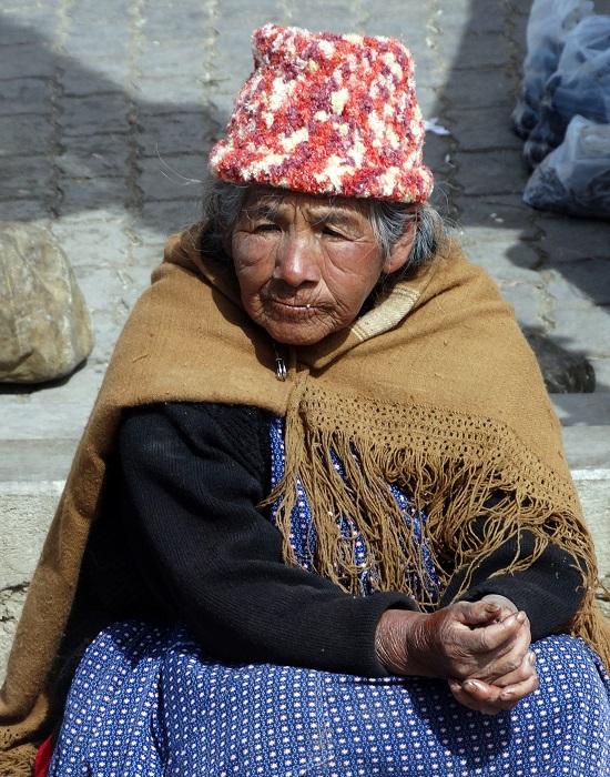 Idős asszony El Alto egyik utcáján