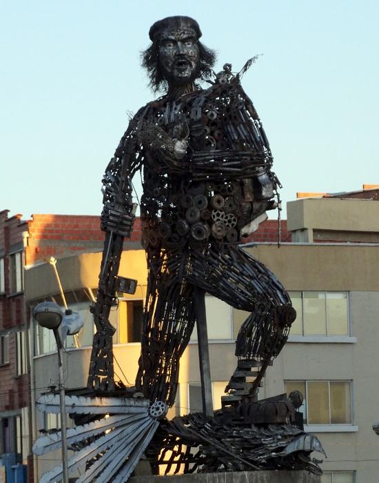 El Alto kapujánál egy hulladékból emelt Che Guevara szobor áll, hiszen a bolíviai szocializmus is a semmiből épül