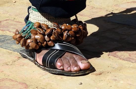Az achuk lábán lévő magfűzér a rabláncot jelképezi