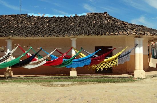 Függőágy árus a falu főterén