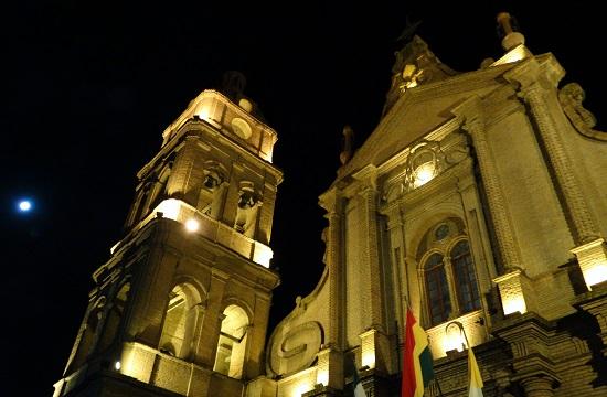 Santa Cruz katedrálisa éjszakai fényben