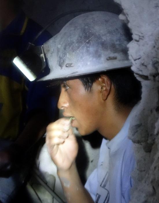 Flavio szerintünk nincs 18 éves, mégis napi 8 órában a bányában van