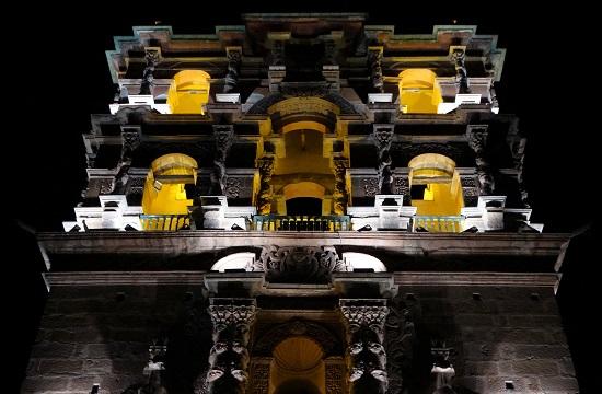 A Torre de la Compañía de Jesús templom éjszakai kivilágításban