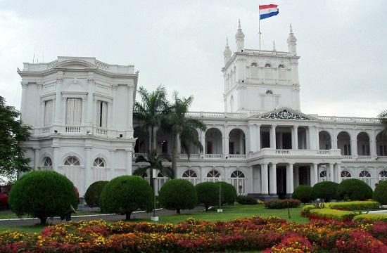 Az elnöki palota most és négy évvel ezelőtt