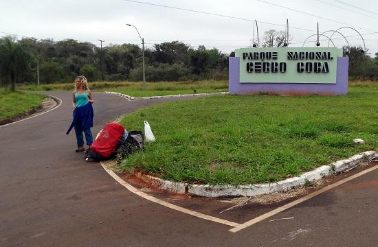 Buszra várunk a nemzeti park bejáratánál