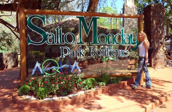 A park bejáratánál