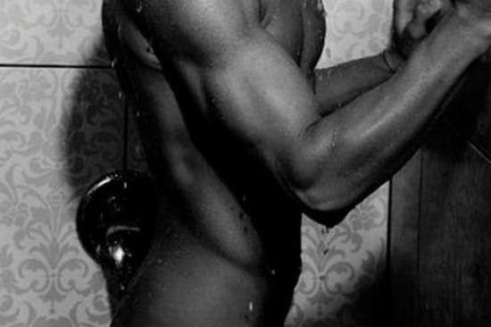 Milán szexpázsit zuhanyzó könny sírás fürdőszoba vágy meztelen book