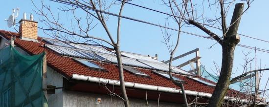 a tető tele napkollektorokkal