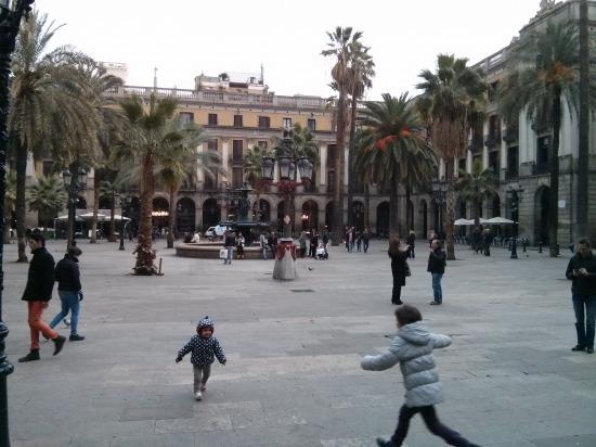 2b0aad218e A cégem itteni központja Barcelona külvárosában található, ami azért  vicces, mert a nagy külső gyűrűjüket, a Gran Viát a város határán egyszer  csak minden ...