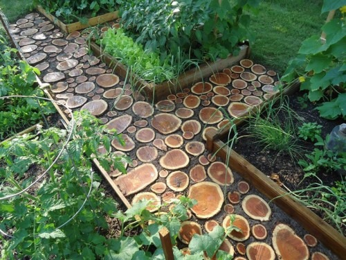 diy-garden-path-of-wood-slabs-1-500x375.jpg