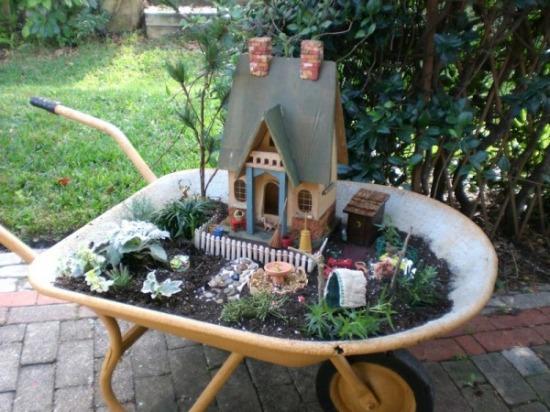 kert tündérkert minikert csináld magad talicska újrahasznosítás
