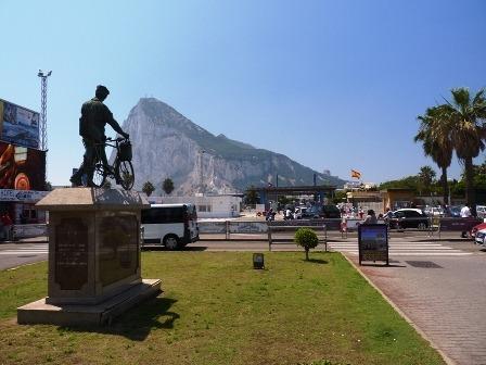 A Gibraltár építő spanyol kerékpáros munkás emlékműve.JPG