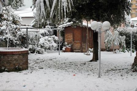 Későtt jött hó alatt a kert, pedig már hajtanak a rügyek.jpg