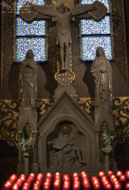 Mátyás templom főoltára és ólomüveg ablakai