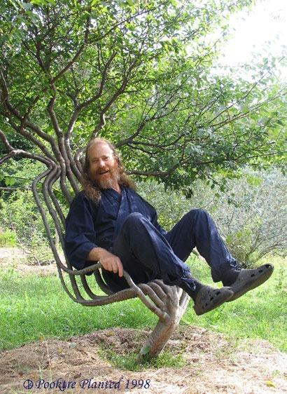 Peter Cook a kertiszékében