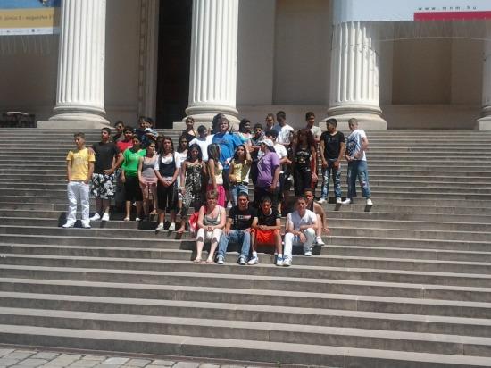Domházi és arlói tanodásink a múzeum lépcsőin