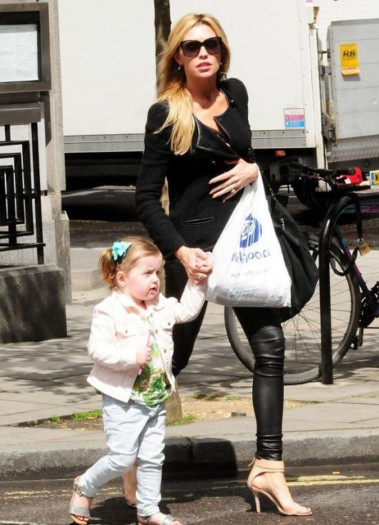 Abbey Crouch a kislányával shoppingolt 371a46d2ed