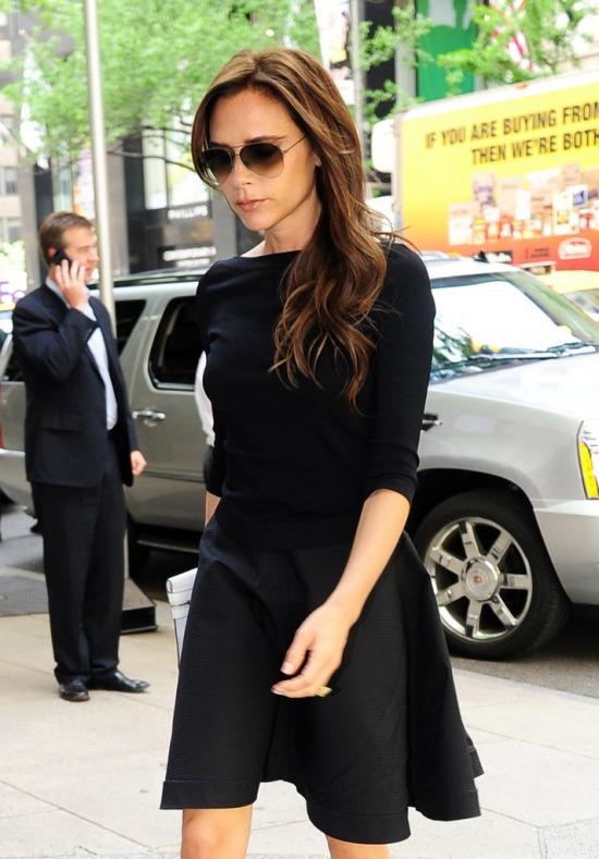 Victoria Beckhamet a Diane Von Fürstenberg üzletéből távozóban kapták le a  lesifotósok május 10-én New York Cityben. 57768e655d